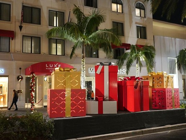 Decorations on a center divider on Rodeo Drive. - Rodeo Drive's Xmas Lights California Apparel News