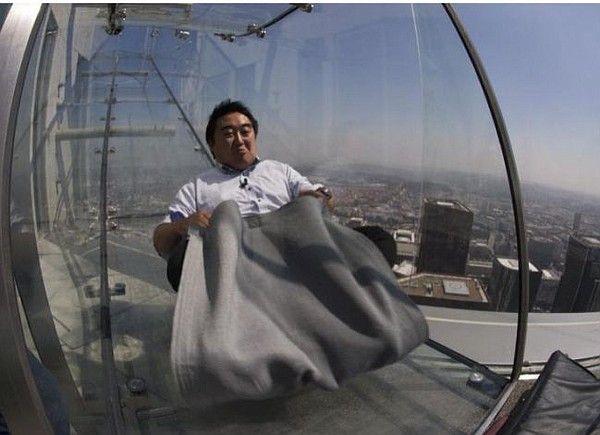 Skyslide at OUE US Bank Tower. Photo via Yahoo! News.