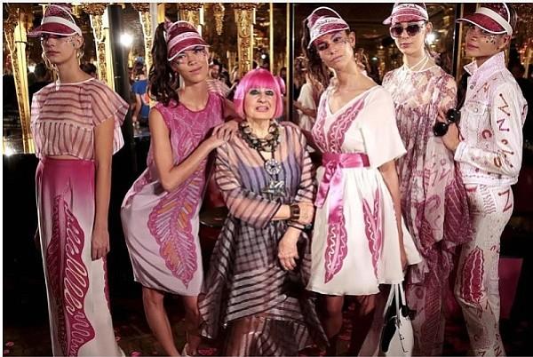 Designer Zandra Rhodes (center)