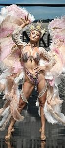 manbetx赞助顶级赛事艺术中心的时尚女郎在洛杉矶时装周上