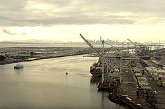 奥克兰港,奥克兰国际机场,被认为是必要的,并将继续开放