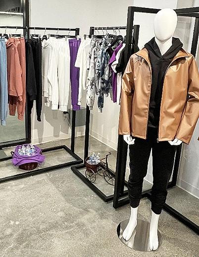 新设计师空间(New Designers Space)系列的每一套连帽衫和运动裤都使用了相当于108瓶的回收塑料。